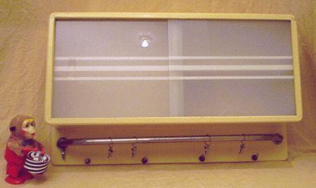 antike kleine wandschr nkchen mit geschirrtuchhalter. Black Bedroom Furniture Sets. Home Design Ideas